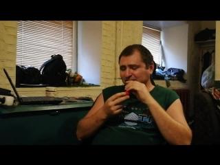 Дмитрий, большой босс Зелёного Хутора, пробует острый перец