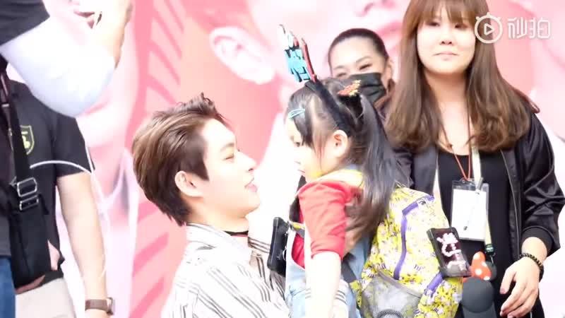 [Fancam] 181020 Фансайн в Тайбэе. Цзыян поцеловал фанатку.