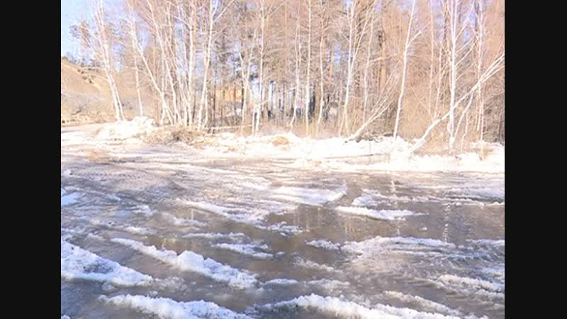 В пригороде Улан-Удэ ручей затопил дорогу и угрожает жилым постройкам