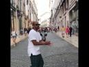 Мигель танцует на улице