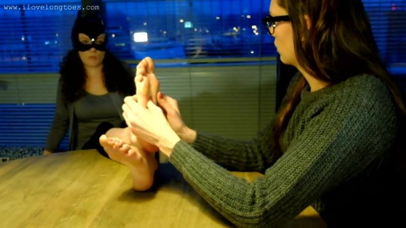 Girl doing foot massage to another girl while talking » Freewka.com - Смотреть онлайн в хорощем качестве