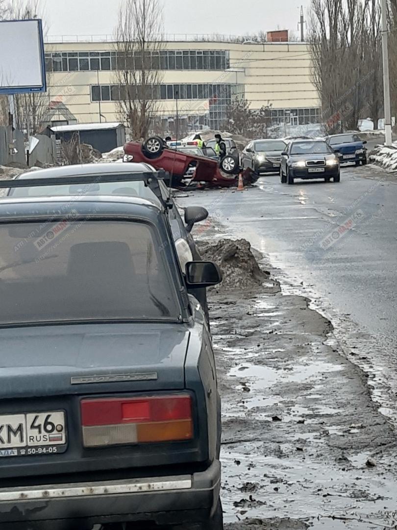 В Курске «ФОЛЬКСВАГЕН» опрокинулся в кювет - двое пострадавших