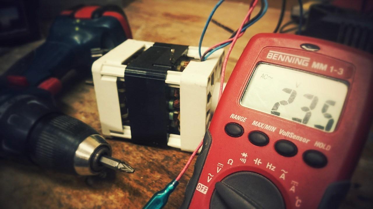 Цифровой мультиметр - это инструмент, который может измерять усилители, вольт и омы.