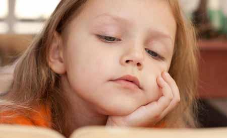 Предоставление ребенку книги о посещении стоматолога может помочь подготовить его к первому посещению