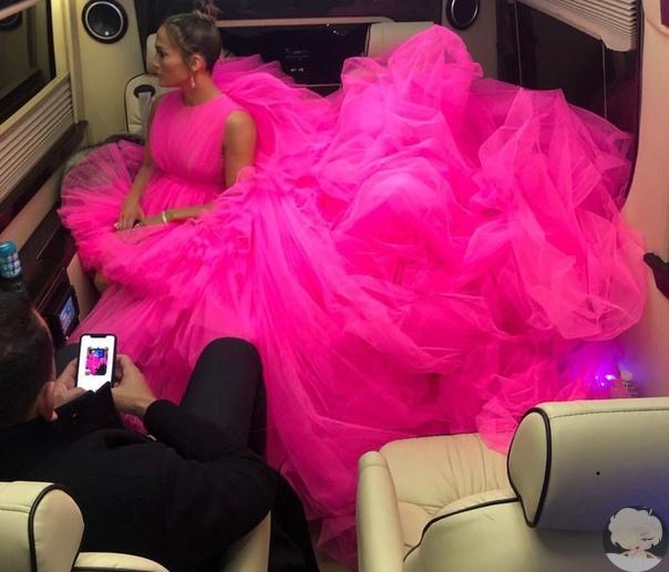Джей Ло вышла на ковровую дорожку в платье, которое еле поместилось в машине