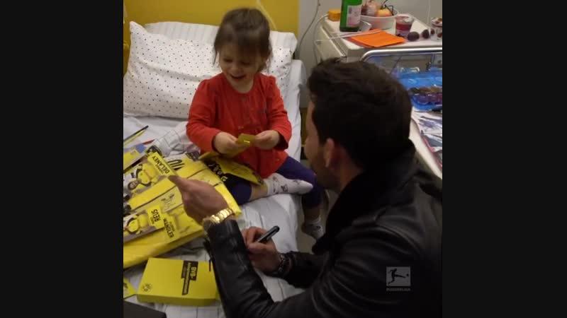 Игроки «Боруссии» осчастливили детишек дортмундской больницы