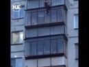 В Челябинске женщина больше получаса провела на козырьке балкона