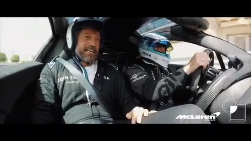 Мика Хаккинен катает Цареубийцу из «Игры Престолов» по трассе в Монако.