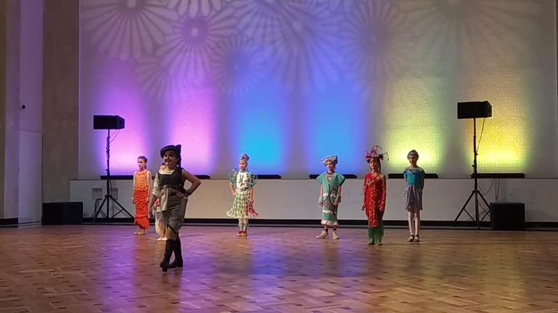 девочки показывают ФУБТОЛКУ - победителей конкурса