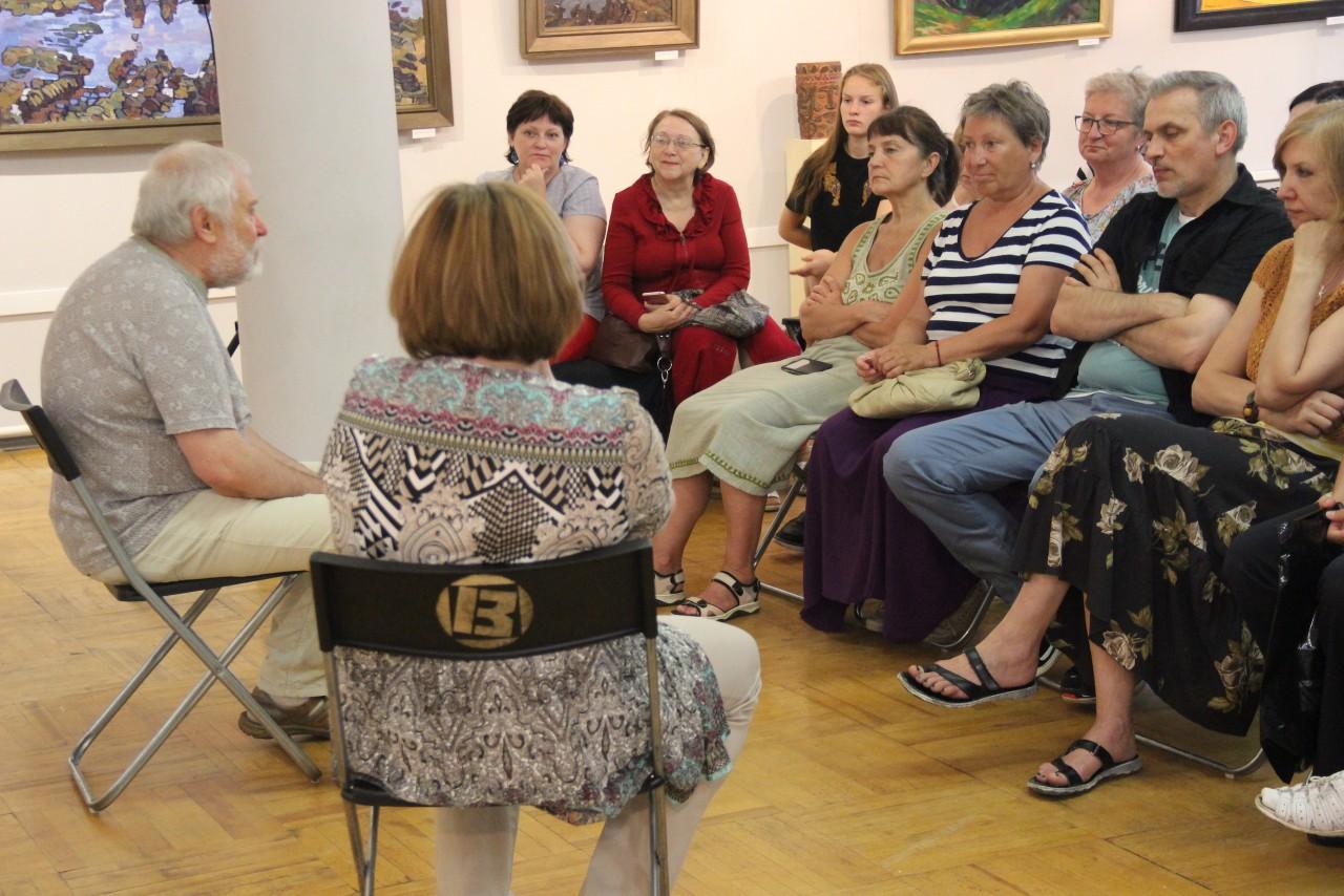 Художник Александр Варенцов провел дискуссию и мастер-класс в Новгородском центре современного искусства.