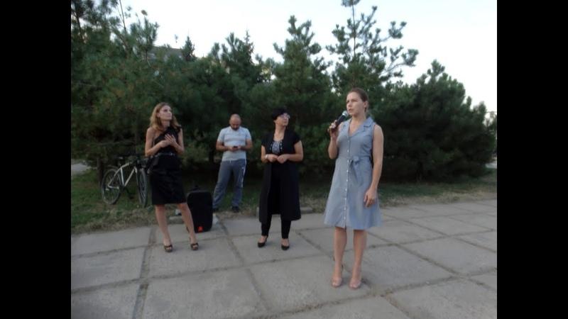 У Маріуполі 17.08.2018р., Віра Савченко поспілкувалася з жителями і подарувала книги