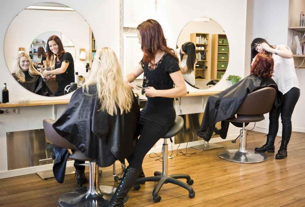 Многие косметологи работают в парикмахерских