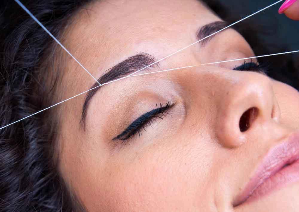 Некоторые косметологи умеют применять методы удаления волос, такие как нарезка бровей