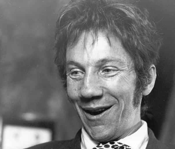 past Савелий Крамаров. Саве́лий Викторович Кра́маров (13 октября 1934, Москва - 6 июня 1995, Сан-Франциско) - советский и американский актёр театра и кино. Биография. Его семья на тот момент