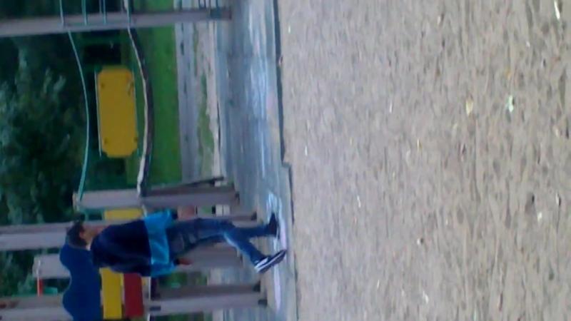 Тип крушит детскую площадку в Мытищах