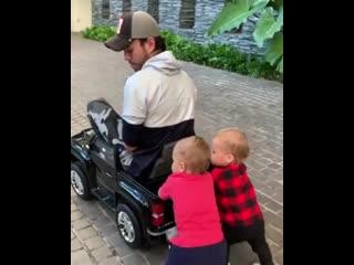 Энрике Иглесиас поделился новом видео с детьми