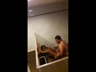 Трахаются в клубном туалете  [ доманее порно блондинка кончает голая малолетка public porno amateur outdoor ]