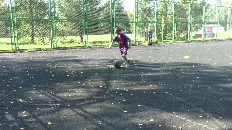 Коля и Сергей сами тренируются. Футбольные упражнения на улучшение навыков владения мячом.