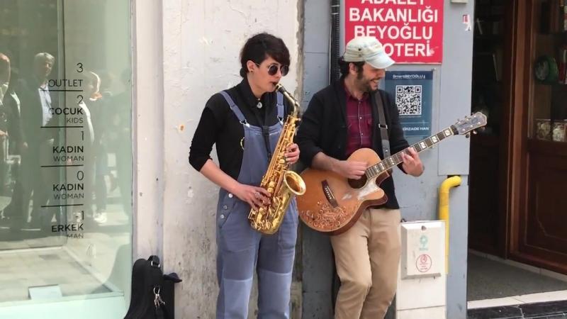 Gitar ve Saksafon Eşliğinde Taksim Sokak Sanatçıları..mp4