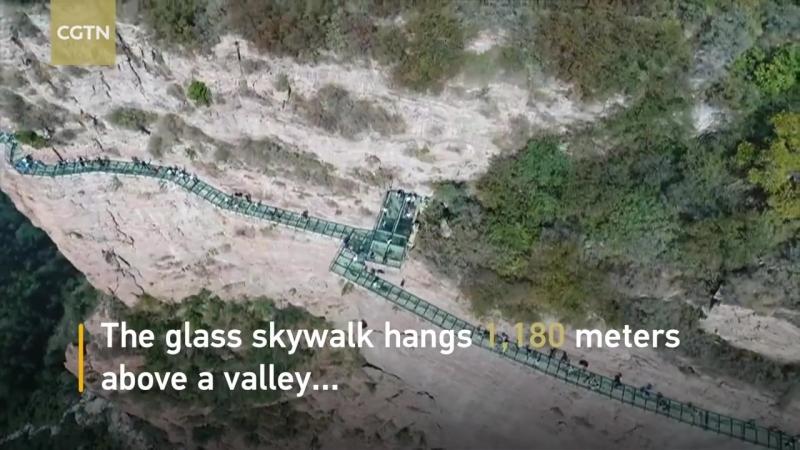 Стеклянный мост трескается под ногами туристов