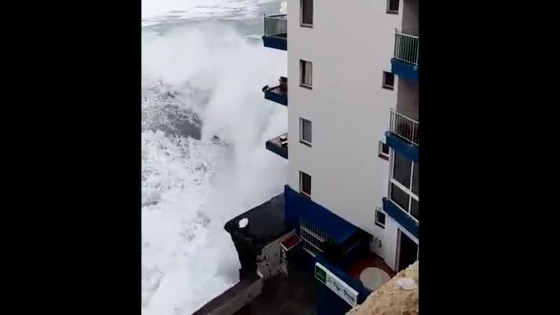 Волна снесла балкон отеля на 4-ом этаже