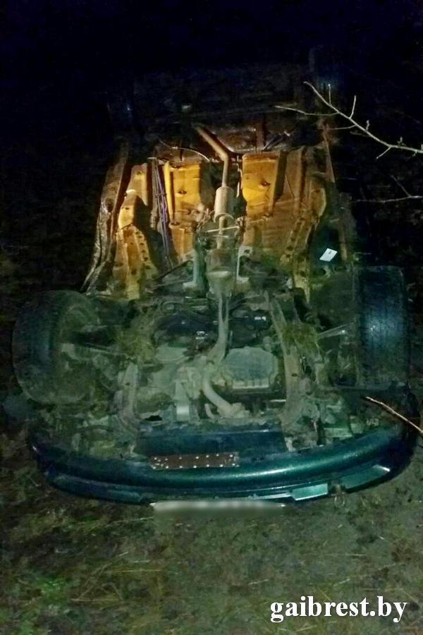 В Пинском районе автомобиль сбил пешехода, улетел в кювет и перевернулся