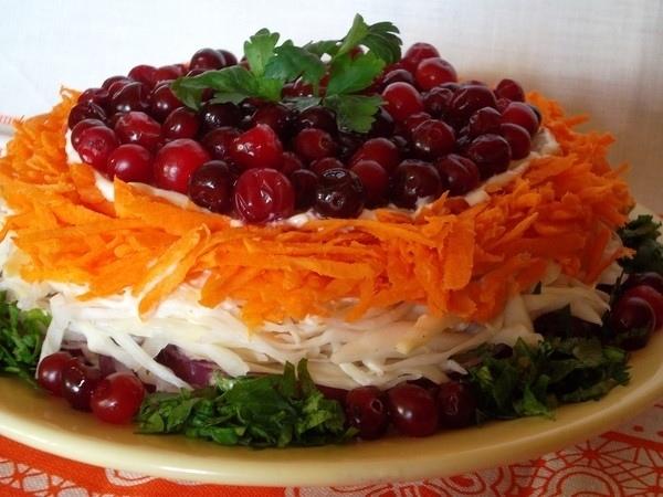 Мясной салат с ягодами