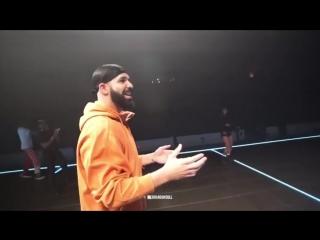 Drake и Quavo поспорили, кто из них сможет попасть в корзину с середины поля [NR]