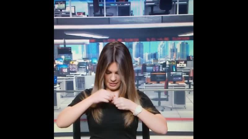 Merve Ginçkol Göğüslerine Kaçan Mikrofonu Göğsünün içinden Alıp Elbisesinin Yakasına Takıyor