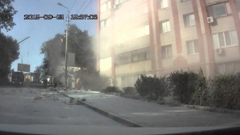 Авария на Новоузенской 25.09.2015, фура с мукой врезалась в жилой дом