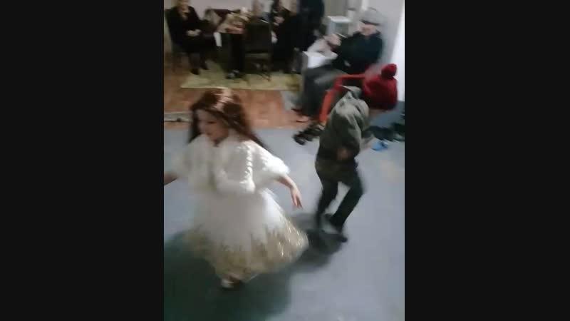 моя маленькая сестрёнка и отец танцуют лезгинку, 8 декабря 2018 г 4 годика!