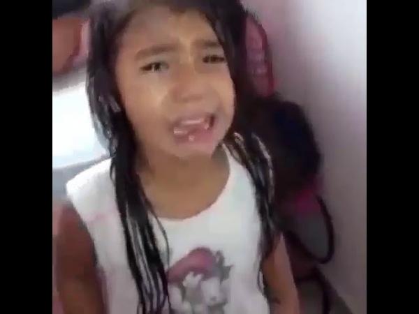 Menina chora ao saber que é baiana