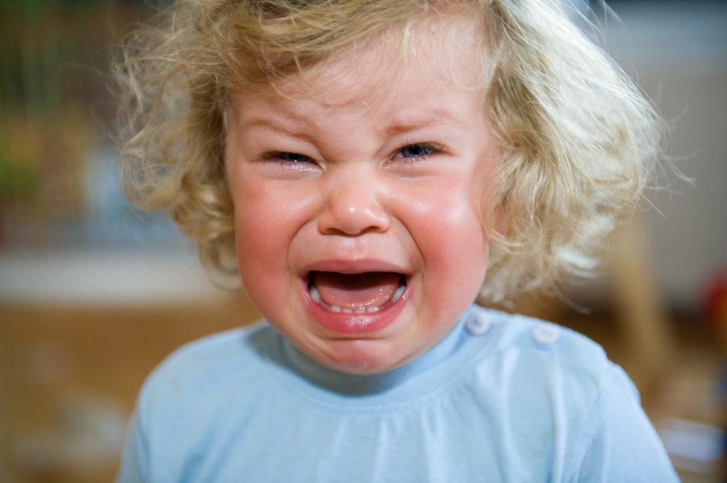 Почему плачут дети и что с этим делать. 12 распространённых причин