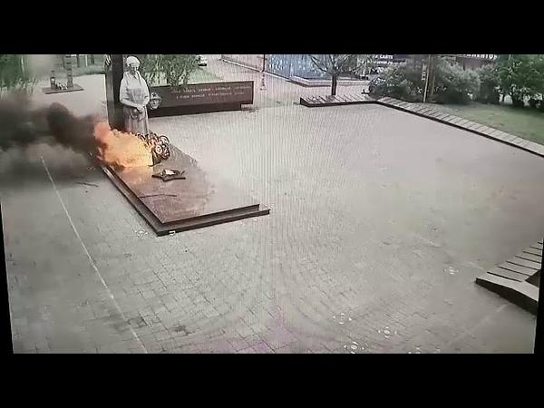 Подростки поиграли венками у Вечного огня в футбол а затем подожгли их