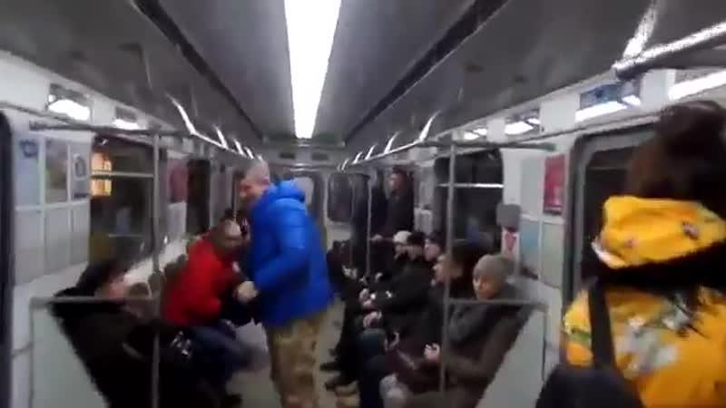 Чемодан-вокзал-Россия. Знакомые лозунги в белорусском метро.