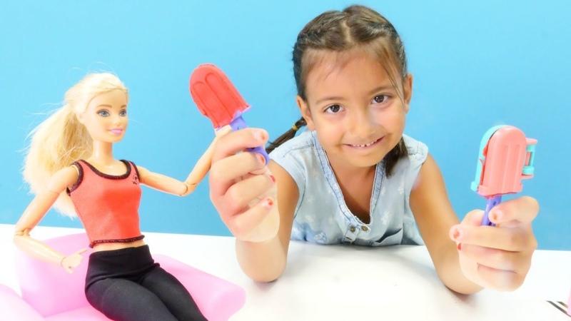 Barbie çilekli soğuk tatlı yapıyor Evcilik oyunları