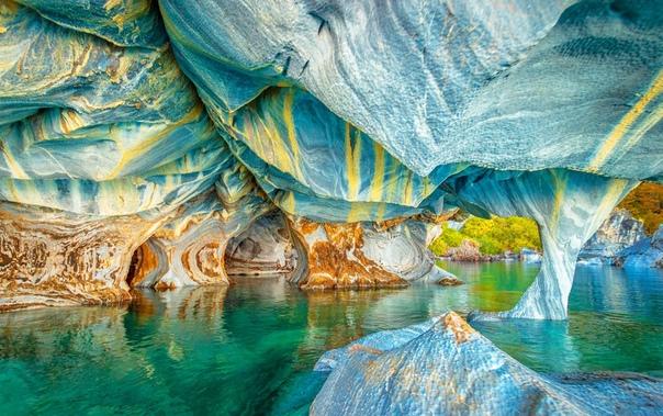 Мраморные пещеры в Чили Мраморные пещеры Cuevas de Marmol самая красивая сеть пещер в мире. 6000-летняя скульптура была высечена могучими волнами озера Хенераль Каррера в Патагонии. Сами