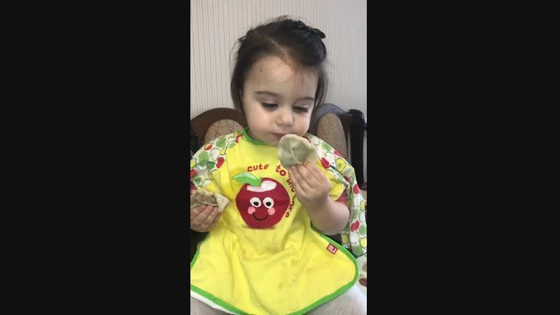 ребенок кушает пельмешки