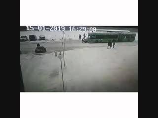 В полоцке автомобиль въехал в толпу людей на остановке