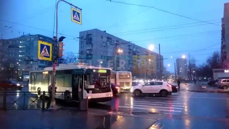 На углу Белы Куна и Пражской столкнулись автобус и маршрутка