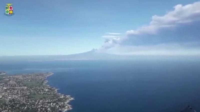 Etna: il vulcano in eruzione ripreso da un aereo militare