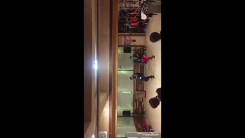 TARGET OFFICIAL - 제스 2018년 1월 29일 연습실 풍경! 우진이랑 아이콘 선배님 곡이 너무 좋아서 틀고 놀고 있었어요ㅋㅋ오늘 하루도 좋은 하루 보내고 저희 보