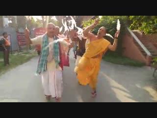 Преданные из Непала поют и танцуют в Маяпуре