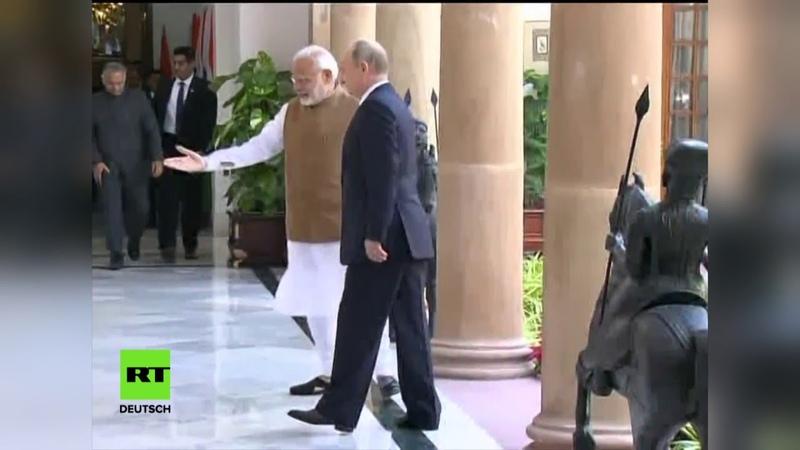 Herzliche Geste: Indischer Premier Modi und Putin begrüßen sich in Neu-Delhi mit Umarmung