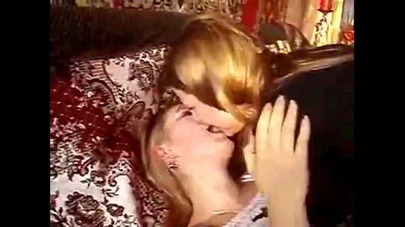 подружки целуются