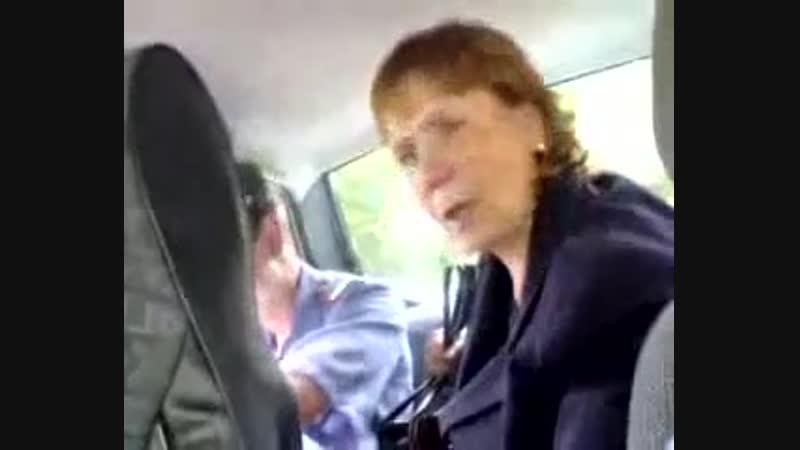 бабка базарит в полицейской машине