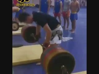 Strength of Body. Спортсмен делает становую тягу на резиновых стойках