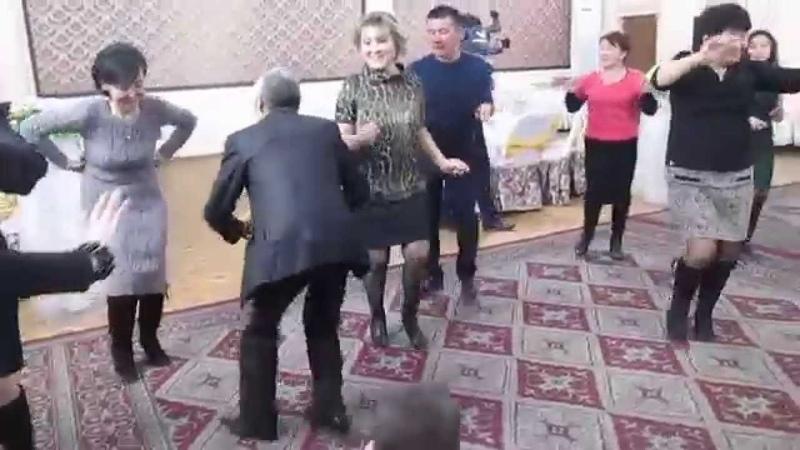 мужик казах не реально танцует