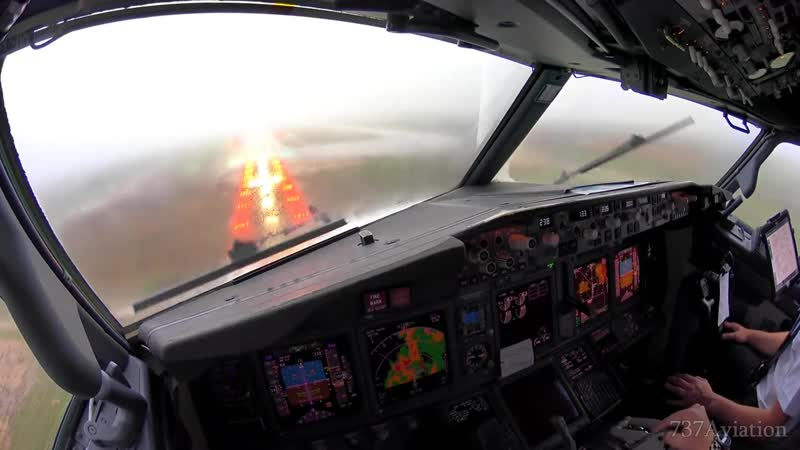 Boeing 737 Cockpit Landing in thunderstorm at Palma de Mallorca