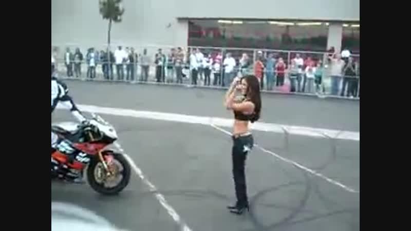 Трюк на мотоцикле поцелуй с девушкой